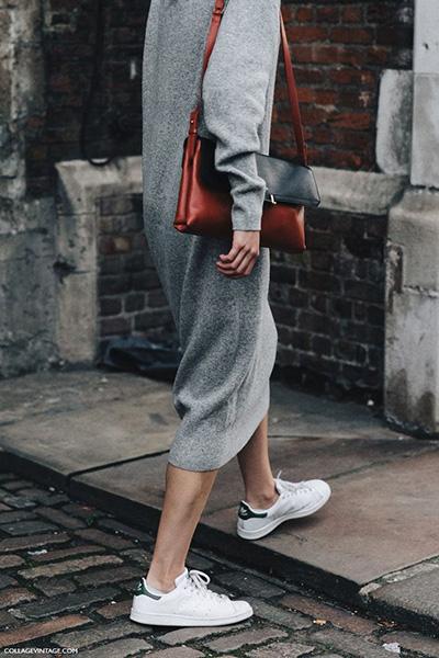 86ee101b95f2 Μακρύ πλεκτό φόρεμα που φτάνει χαμηλά στη γάμπα με άνετο αθλητικό παπούτσι  για ξεχωριστές εμφανίσεις.