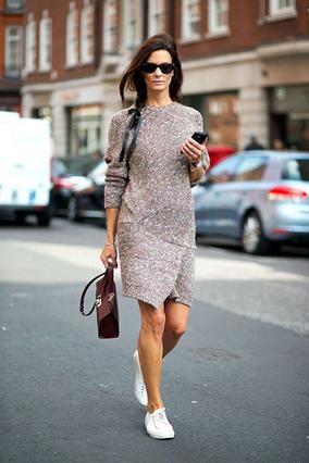 Υπέροχο πλεκτό κοντό φόρεμα σε ανοιχτό γκρι συνδυασμένο άψογα με αθλητικό παπούτσι για τις πρωινές μας εμφανίσεις.