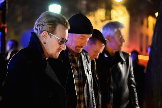 Οι U2  προσκυνούν  τα θύματα του Μπατακλάν
