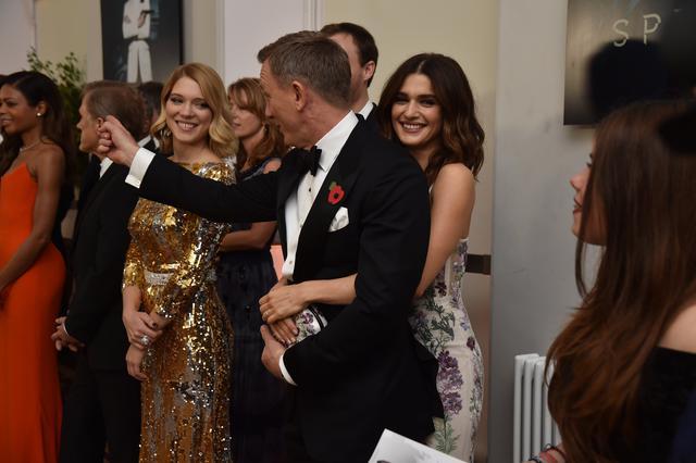 Ντάνιελ Κρεγκ: Σπάνια δημόσια φιλιά και... χουφτώματα στη σύζυγο [photos]