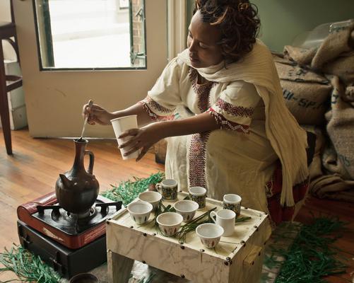 <h4>Αιθιοπία</h4>  <p>Η Αιθιοπία θεωρείται από πολλούς γενέτειρα του καφέ ενώ το ρόφημα ακόμη και σήμερα έχει κεντρική θέση στην καθημερινότητα των κατοίκων της Αιθιοπίας. Υπάρχει μάλιστα μια έκ