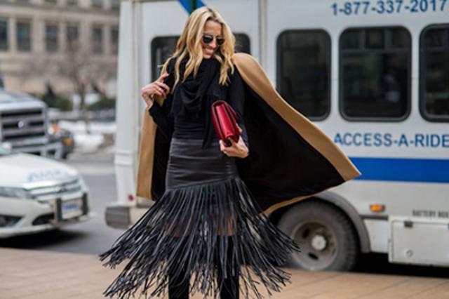 Συγκλονιστική μαύρη φούστα με κρόσια που φτάνουν μέχρι τον αστράγαλο μας χαρίζουν μοναδική κίνηση και άλλον αέρα.
