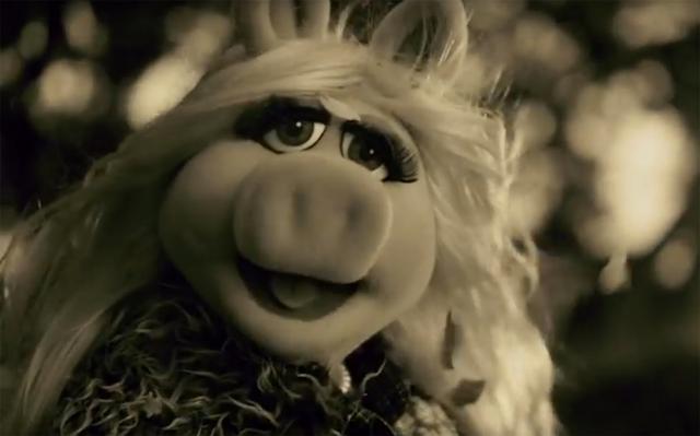 Απολαυστική παρωδία: Όταν η Μις Πίγκι ερμηνεύει το «Hello» της Adele... [vds]