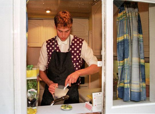 <p>Πίσω στο 2000 όταν ο Ουίλιαμ ήταν ακόμη παιδί μας πηγαίνει αυτή η φωτογραφία αποδεικνύοντας πως το χόμπι με την μαγειρική το είχε εξ απαλών ονύχων... Τίποτα δεν είναι τυχαίο τελικά.</p>