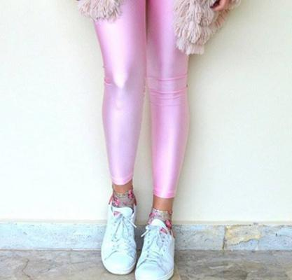 <p>Το ροζ κολάν φοριέται τέλεια με ένα ζευγάρι αθλητικά παπούτσια τόσο για τις καθημερινές όσο και για τις πιο επίσημες εμφανίσεις σου!</p>