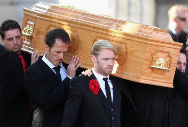 Τα υπόλοιπα μέλη του συγκροτήματος  Boyzone  μετέφεραν το φέρετρο με τη σωρό του Γκέιτλι