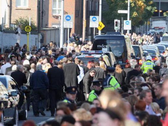 Πλήθος κόσμου συγκεντρώθηκε στην κηδεία του Στίβεν