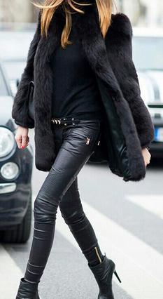 <p>Μαύρη τύπου γούνα που φτάνει μέχρι τους γοφούς σε συνδυασμό με leather pants που όλες έχουμε συμπεριλάβει στην γκαρνταρόμπα μας, σε συνδυασμό με τις μαύρες ψηλοτάκουνες γόβες μας!</p>