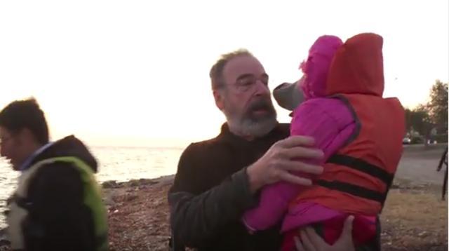 Ο Σαούλ του Homeland σώζει πρόσφυγες στη Λέσβο [vds]