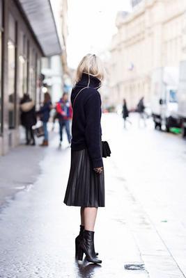 <p>Πλισέ φούστα και ζιβάγκο δημιουργούν ένα μοναδικό συνδυασμό.</p>