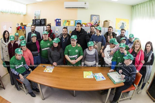 Η αντιπροσωπεία παικτών του Πανθρακικού μαζί με εκπρόσωπο της εταιρείας Stoiximan, επισκέφθηκαν το Σύλλογο Μέριμνας Α.με.Α. Νοητικής Υστέρησης Ν. Ροδόπης «Άγιοι Θεόδωροι»