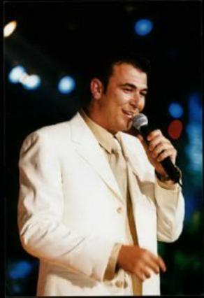 ... και ο τραγουδιστής που ξεσηκώνει<BR> παντού και πάντα!