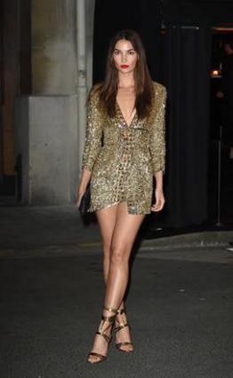 <p>Το πασίγνωστο top model Λίλι Ολντριτζ επιλέγει ένα μίνι χρυσό φόρεμα που αφήνει ακάλυπτα τα καλλίγραμμα πόδια της με ασορτί πέδια και βραδινό τσαντάκι που κάνει το σύνολό της πολύ chic και αναδεικν