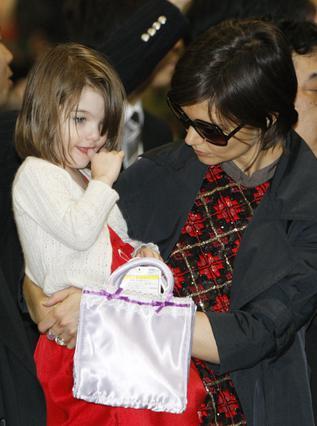 Η Κέιτι με την Σούρι μόλις  φτάνουν στην Ιαπωνία τρεις  μέρες νωρίτερα.