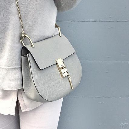Τσάντα μισοφέγγαρο: 3 τρόποι για να φορέσεις το τρεντ σήμερα