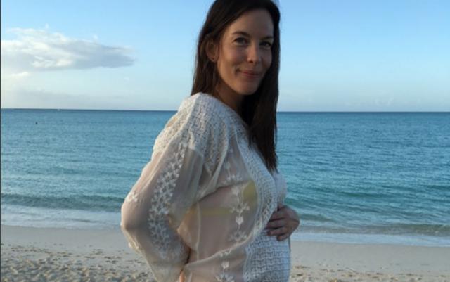 Έγκυος ξανά η Λιβ Τάιλερ καμαρώνει για την κοιλίτσα της [photos]
