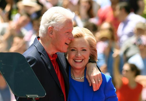 Τελείως αγνώριστοι η Χίλαρι κι ο Μπιλ Κλίντον στον γάμο τους [photo]