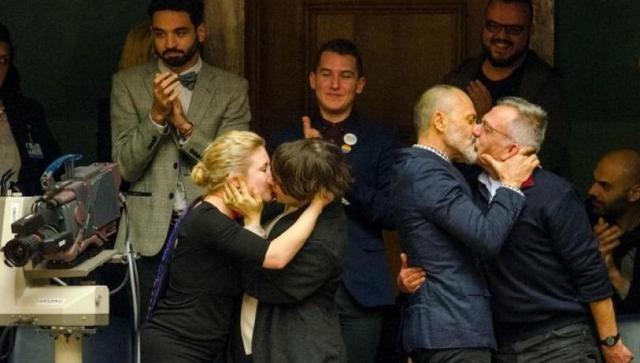 Βαλλιανάτος: Η απάντησή του για το γκέι φιλί στη Βουλή