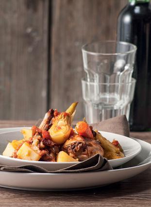 Κουνέλι μαγειρευτό με λαχανικά και ντομάτα