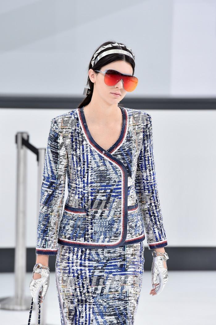 0f94ca9127 Στην επίδειξη του οίκου Chanel ξεχώρισαν τα μεγάλα γυαλιά με διακριτικό  σκελετό και τζάμια καθρέφτες σε