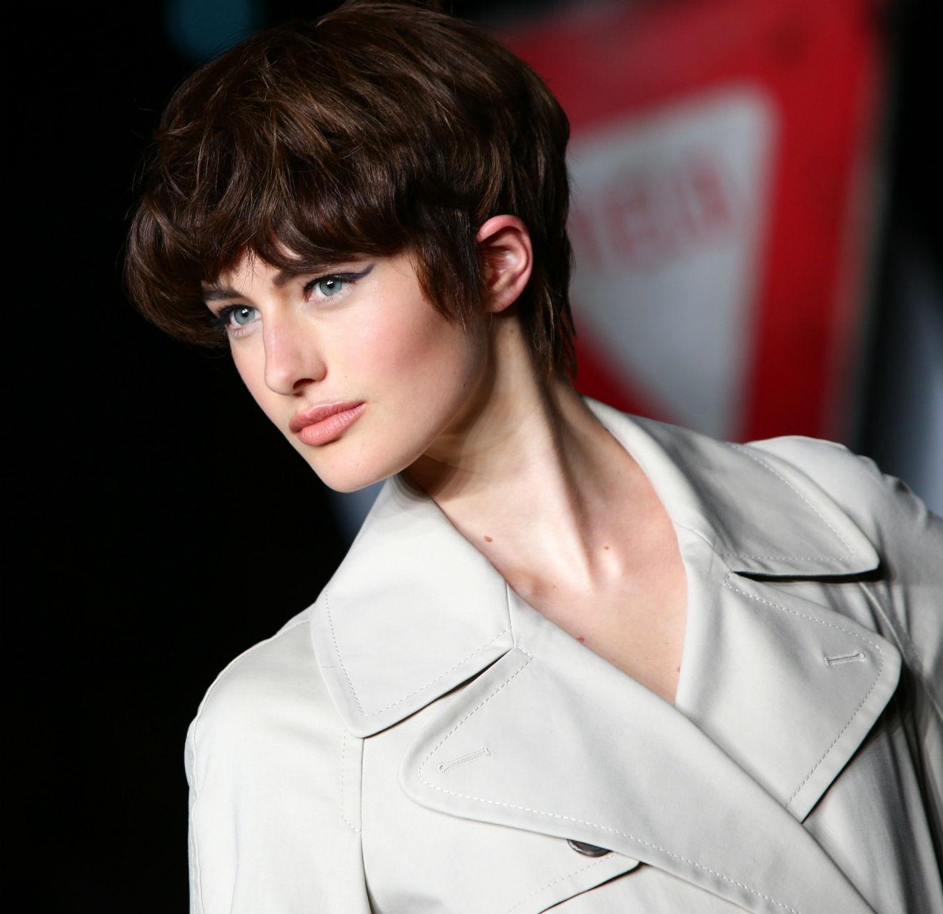 52a77a9a9788 Στον οίκο Moschino το κοντό μαλλί είναι απλά εντυπωσιακό. Στο επάνω μέρος  του κεφαλιού έχει όγκο ενώ τα μαλλιά είναι πυκνά και το χτένισμα
