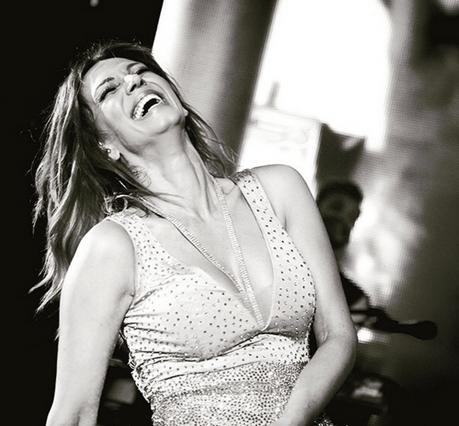 Φουλ του ντεκολτέ: Η Κοκκίνου στο πιο σέξι εξώφυλλο [photo]