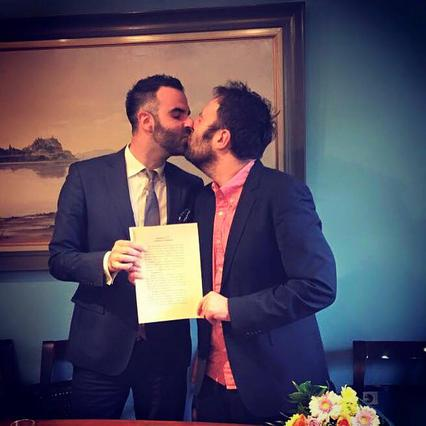 Υπέγραψαν το σύμφωνο συμβίωσης ο Αύγουστος Κορτώ κι ο σύντροφός του