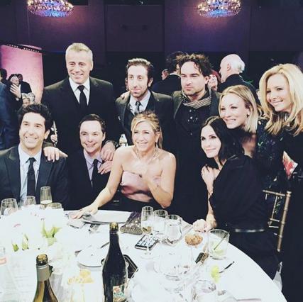 Ιδού η πρώτη φωτογραφία από το ριγιούνιον των Friends -Και έχουν... παρέα