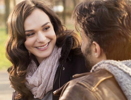 <p>Xαμογελάτε είναι ελκυστικό! Ναι φυσικά οι χαρούμενες γυναίκες είναι πολύ ελκυστικές. Κάτι απόλυτα λογικό. Ένα γλυκό χαμόγελο είναι πάντα ο καλύτερος τρόπος για να κάνεις τον άντρα που σε ενδι