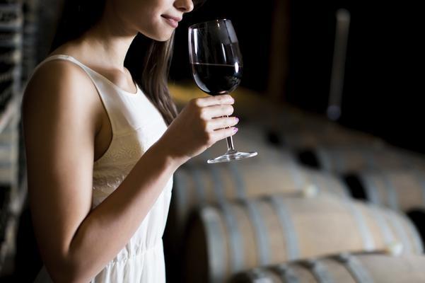 Πες μου πώς κρατάς το ποτήρι του κρασιού, να σου πω την... κλάση σου!