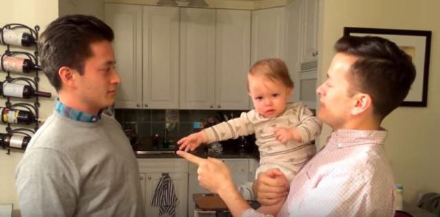 Όταν ο μπαμπάς έχει δίδυμο αδελφό: Απίστευτες αντιδράσες μωρού [vds]