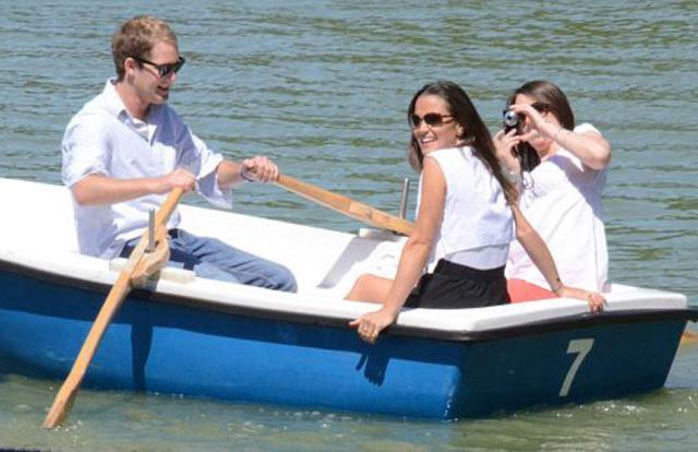 Η Πίπα με τον πρώην της, Τζορτζ Πέρσι στη βαρκάδα.