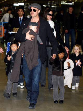 Οι Μπραντζελίνα στην πρώτη τους  εμφάνιση με τα έξι παιδιά τους κατά την άφιξη τους στην Ιαπωνία πέρυσι.