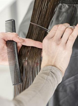 <p>Ο τύπος των μαλλιών σου καθορίζει μεγάλο ποσοστό το πότε πρέπει να τα κόβεις ειδικά αν θέλεις να μακρύνουν κιόλας.</p>