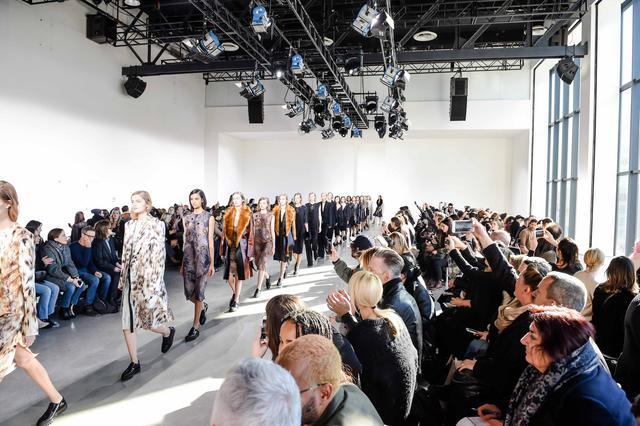 Η Calvin Klein collection παρουσίασε τη γυναικεία συλλογή για το φθινόπωρο 2016 του Francisco costa στη Νέα Υόρκη