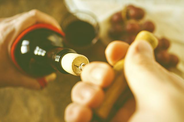 Η ιδανική θερμοκρασία για λευκό & κόκκινο κρασί: Πώς θα την πετύχεις
