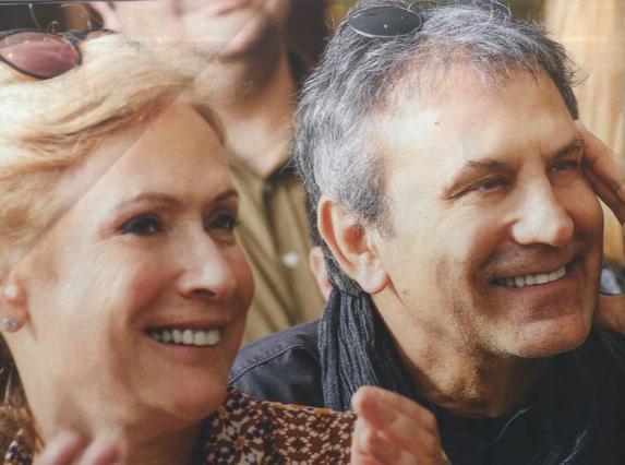 Ο παππούς Νταλάρας ποζάρει με τα εγγόνια του [photos]