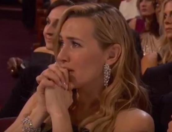 Πλάνταξε στο κλάμα η Κέιτ Γουίνσλετ με το Όσκαρ του ΝτιΚάπριο [photos]