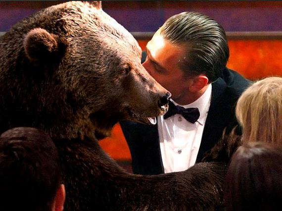 ΝτιΚάπριο: Το φιλί στην αρκούδα που έγινε viral -και άλλα τρελά