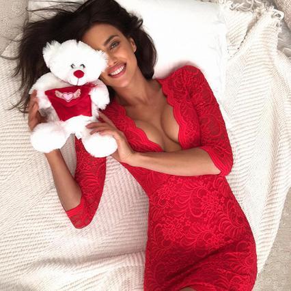 Η Ιρίνα Σάικ χαλαρώνει γυμνή στο κρεβάτι και το ίντερνετ... πέφτει
