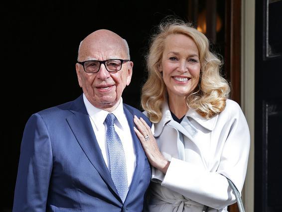 Η Τζέρι Χολ παντρεύτηκε τον Ρούπερτ Μέρντοχ σε παλάτι ντυμένη στα μπλε