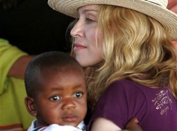 Η Μαντόνα αγκαλιά με τον γιο της, Ντέιβιντ το 2007.