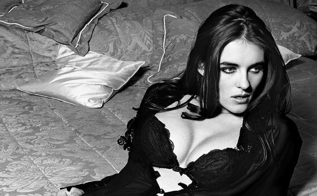 Oλόγυμνη 27χρονη Λιζ Χάρλεϊ σε δημοπρασία [photos]