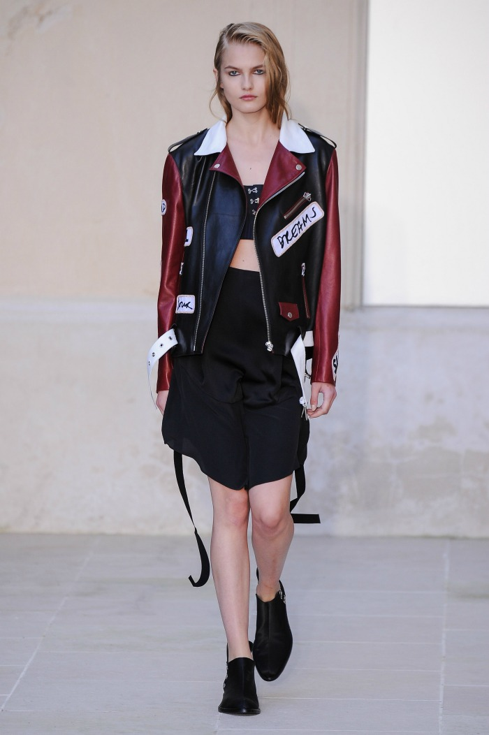 Από την επίδειξη του οίκου Tod s ξεχώρισε το δερμάτινο jacket σε  μαύρο-κόκκινο για μοναδικές ροκ εμφανίσεις. 84893c06c9e
