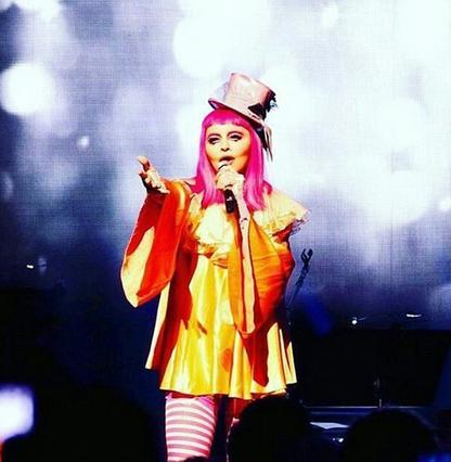 Λιώμα  η Μαντόνα κατέρρευσε στη σκηνή ντυμένη κλόουν [photo & vds]