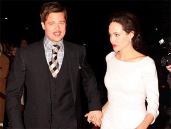 Το ζευγάρι πιασμένο απ' το χέρι καταφθάνει στην προβολή της ταινίας του Πιτ.