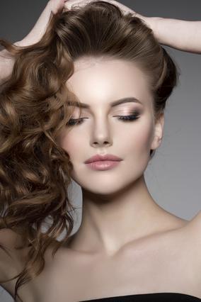 Μαλλιά στο ένα πλάι: 4 πανεύκολα στιλ για να τον ρίξεις