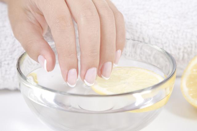 3 σούπερ τρόποι για πάντα λευκά νύχια