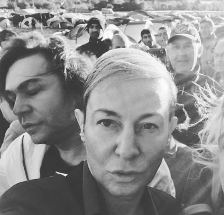 Οι selfies του Κωστέτσου με τους πρόσφυγες έριξαν το Instagram [photos]