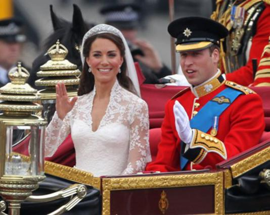 Χαμογελαστοί και ευτυχισμένοι, η δούκισσα και ο δούκας του Κέιμπριτζ χαιρετούν τα πλήθη αμέσως μετά τον γάμο τους, την Παρασκευή.